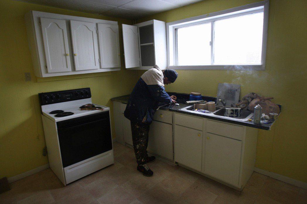 裝修廚房、浴室和安裝新地板,特別吸引買家。(Getty Images) 許振輝