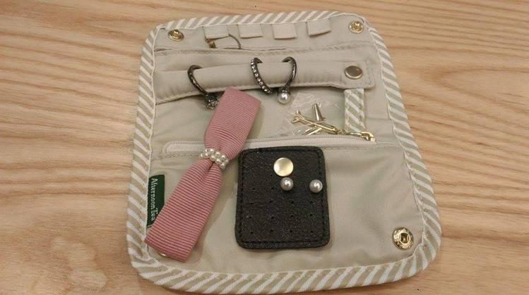 AfternoonTea飾品包,可固定項鍊、戒指跟耳環等易搞丟的小飾品。記者徐文...