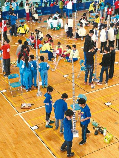 彰化縣400多名國中小學參加科學HomeRun創意競賽,「巴黎巨塔」項目最競爭。...