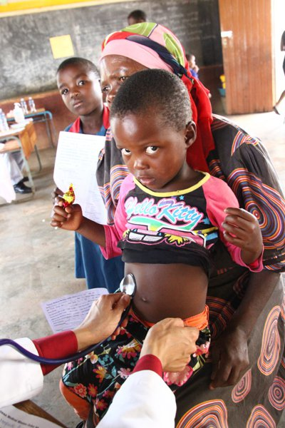 史瓦濟蘭環境差,許多孩童都有寄生蟲的問題。 記者陳雨鑫/攝影