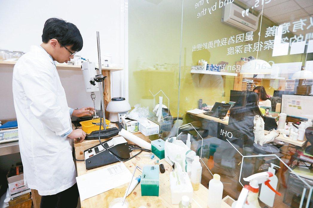 綠藤生機位於台大創新育成中心的辦公室,面積十坪不到,除了辦公空間,還有一個實驗室...
