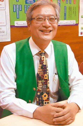國小校長蕭興宗退休轉業當房屋仲介,從教育界轉到服務業,從頭學起賣房子。 記者徐如...