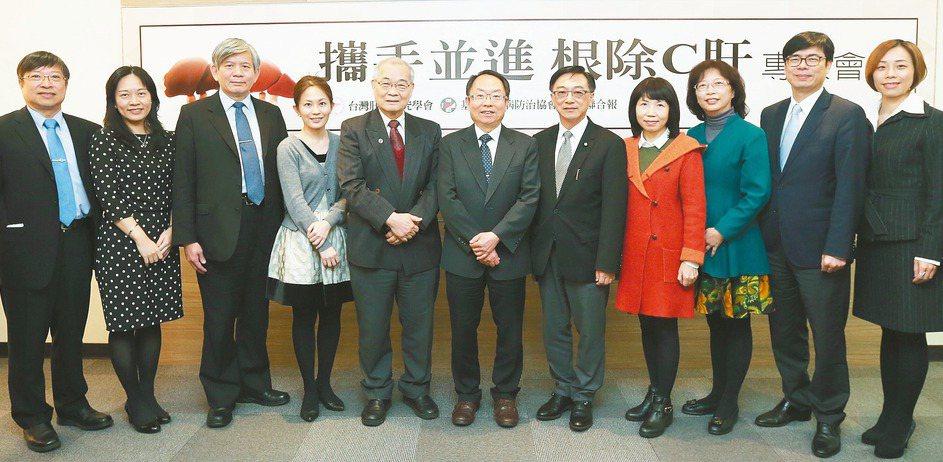 根除C肝專家會議,余明隆教授(左起)、蒲若芳博士、莊萬龍教授、李美璇博士、陳定信...