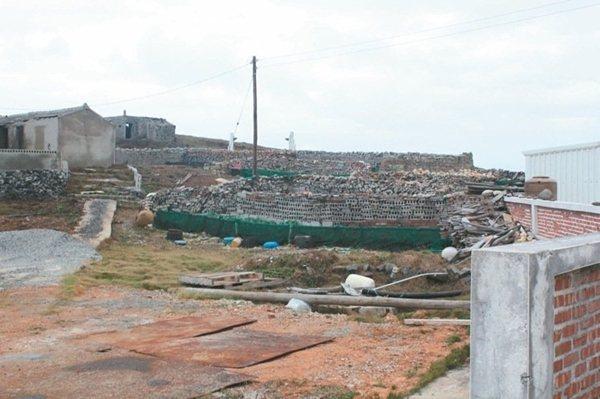 前往小門嶼燈塔途經的「現代菜宅」,以咕咾石堆砌而成。 記者韓經淳/攝影