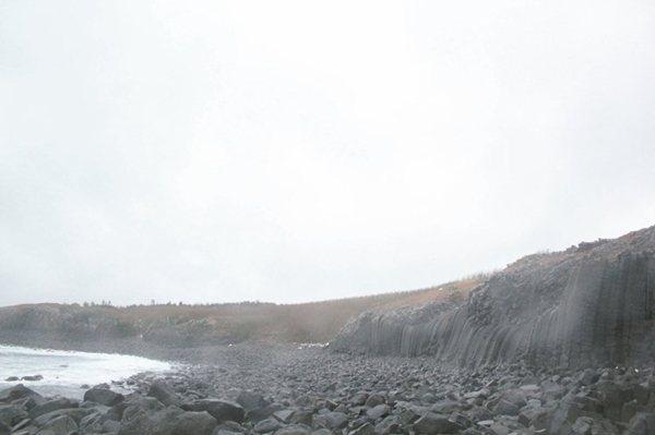 來到池西岩瀑,彷彿置身電影星際大戰五部曲中的小行星系場景。 記者韓經淳/攝影