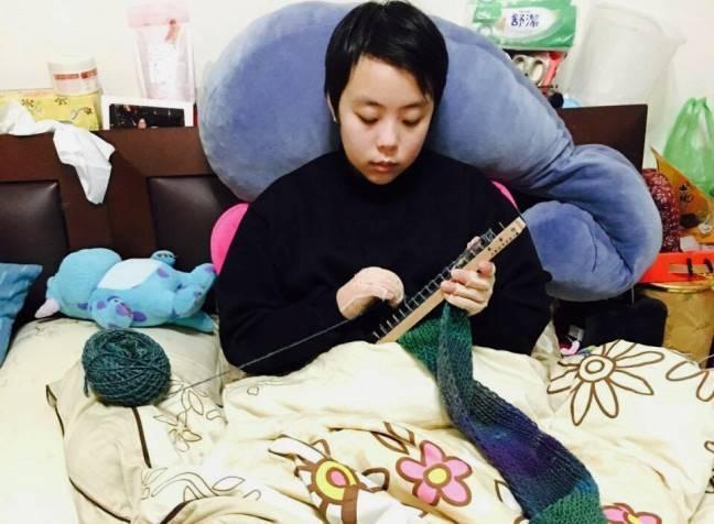 用勾針織圍巾,也是種復健動作。圖片來源/伃均提供。