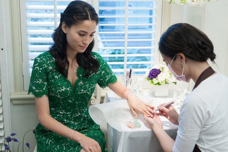 三洋紡織千金黃荻鈞體驗頂級指甲保養。圖/CLARUS Beauty提供