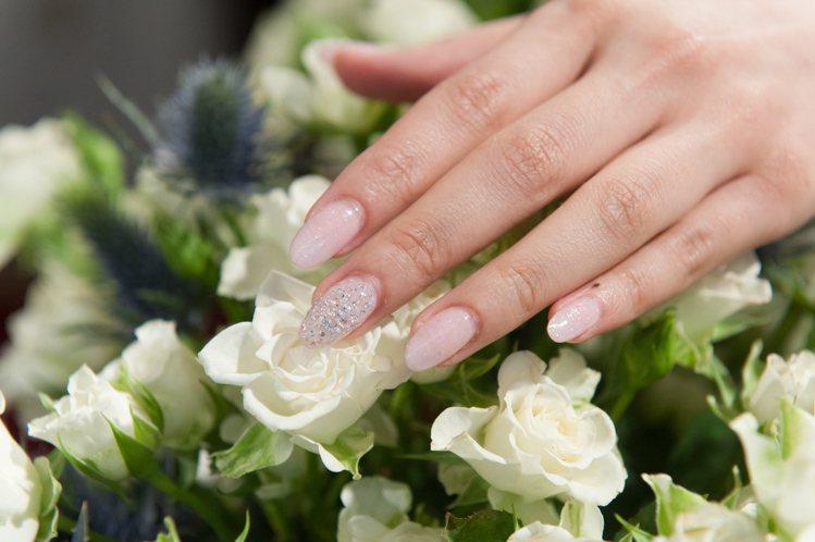 CLARUS Beauty總經理謝宥姍真鑽美甲,單指鑽石總價逾10萬元。圖/CL...