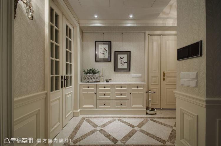 ▲玄關: 為提高氛圍完整性,大門部分潘仕敏設計師飾以美式線板,而入門後的小平檯則...