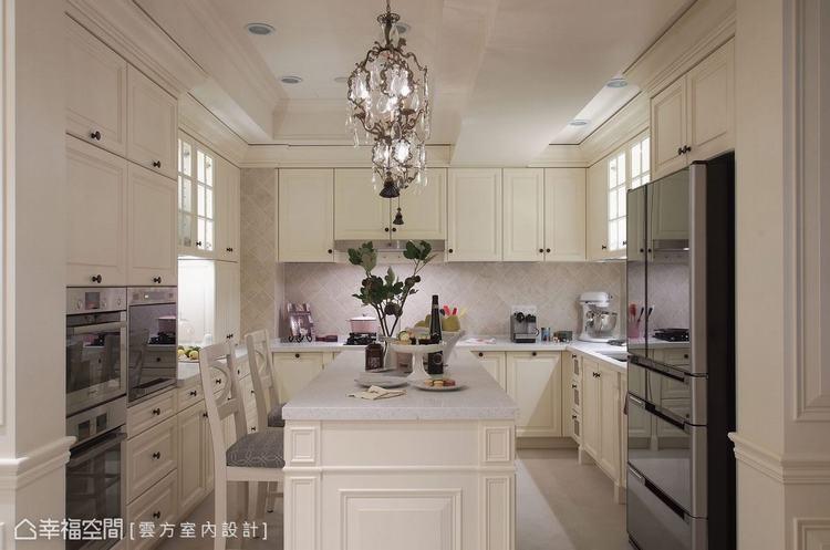 ▲廚房: 坪數加大的廚房除擁有ㄇ字型的電器設備,還備以足量收納,滿足了在國外學習...