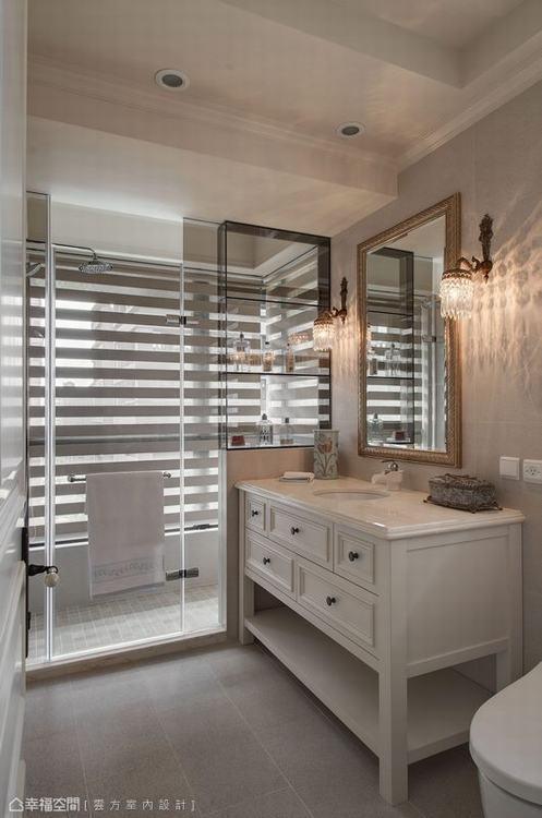 ▲衛浴: 乾溼分離的衛浴裡,雲方室內設計以茶玻做出淋浴時備品櫃,全然透視給予最佳...