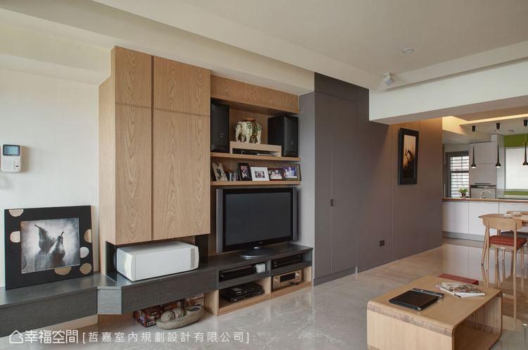 ▲客廳: 電視牆以木元素做為基底,鋪陳出自然的氛圍,並運用跳色的牆面,隱藏收納櫃...