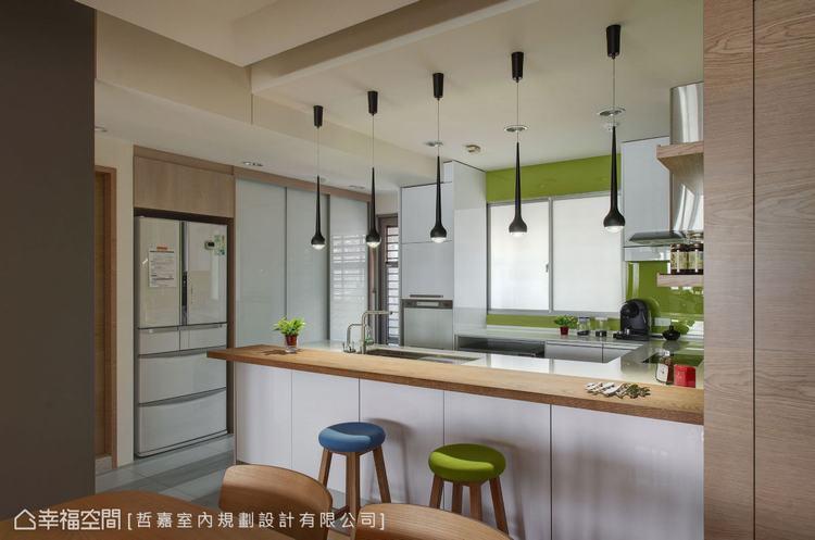 ▲餐廚區: 移除吧檯和儲藏室後,形成ㄇ字型動線,讓冰箱、水槽、爐檯三者呈現完美金...