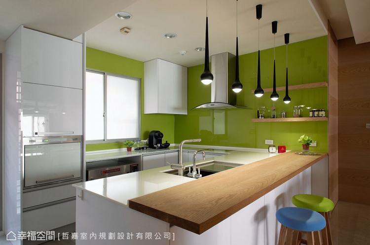 ▲廚房: 鮮豔的青蘋果綠烤漆玻璃,跳脫出空間的視覺焦點,並呼應窗外的河岸綠意。