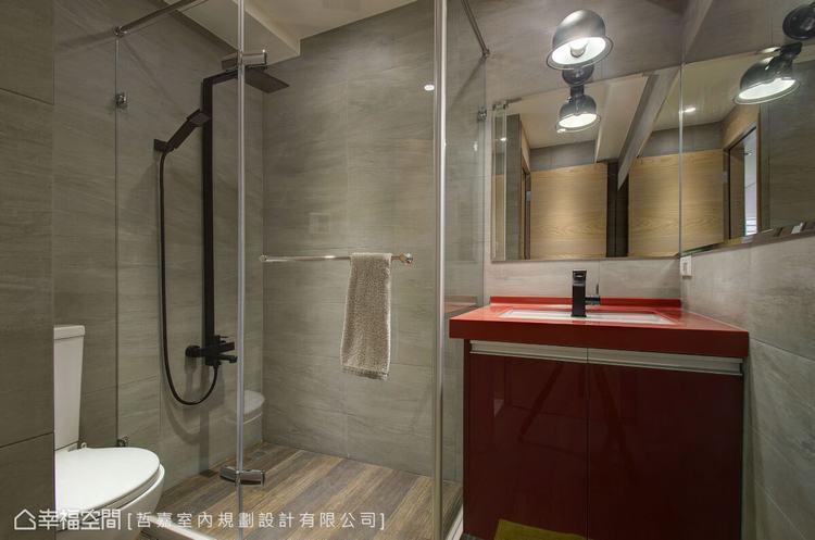 ▲客衛: 游明陽設計師在無色彩的空間內,設置紅色的洗手檯,為空間增添活潑性。