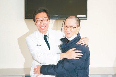 郭姓患者(右)感謝主治醫師許原彰為他手術治療,獻上擁抱。 記者陳妍霖/攝影