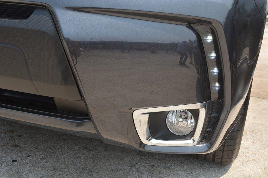 前保桿左右內凹而且嵌入直列的LED日行燈,車身下擺變得亮麗時尚。 記者趙惠群/攝...