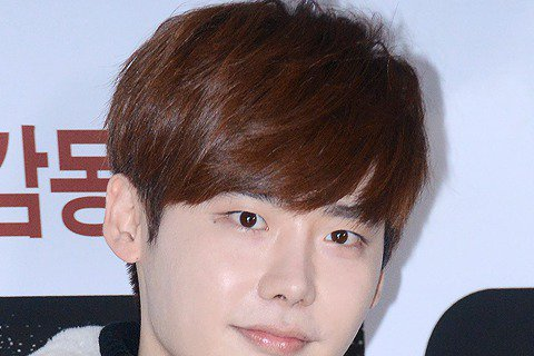 李鐘碩方面透露他將在7月開播的MBC TV新水木劇(週三週四播出的劇集)《W》中擔任男主角,並於5月正式開機拍攝。《W》是李鐘碩繼《Pinocchio》之後時隔1年半回歸韓國小銀幕的作品,出演消息傳...