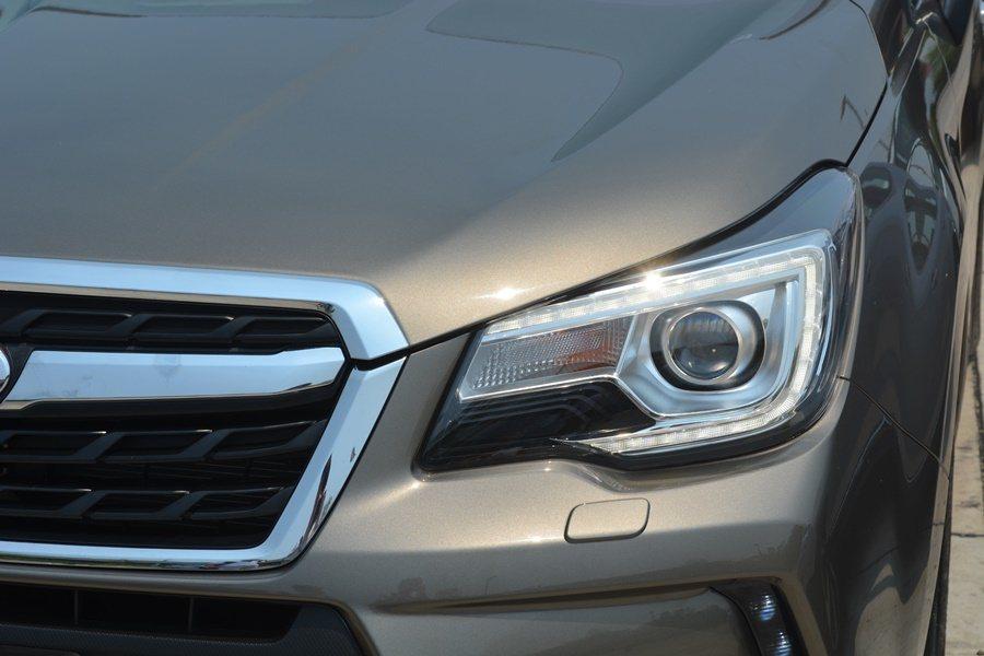 小改款Forester頭燈則是加了俗稱「外雙C」的LED燈眉,聚焦吸睛效果更強更...