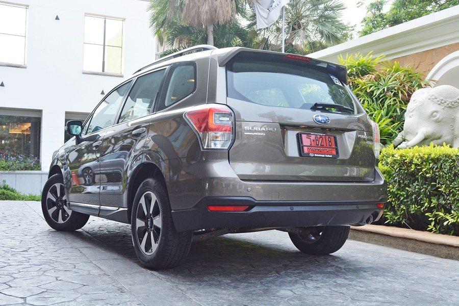 車側和車尾改變較小,主要在於有新的車身飾條和新的17吋輪圈,車尾則有呼應車頭燈的...