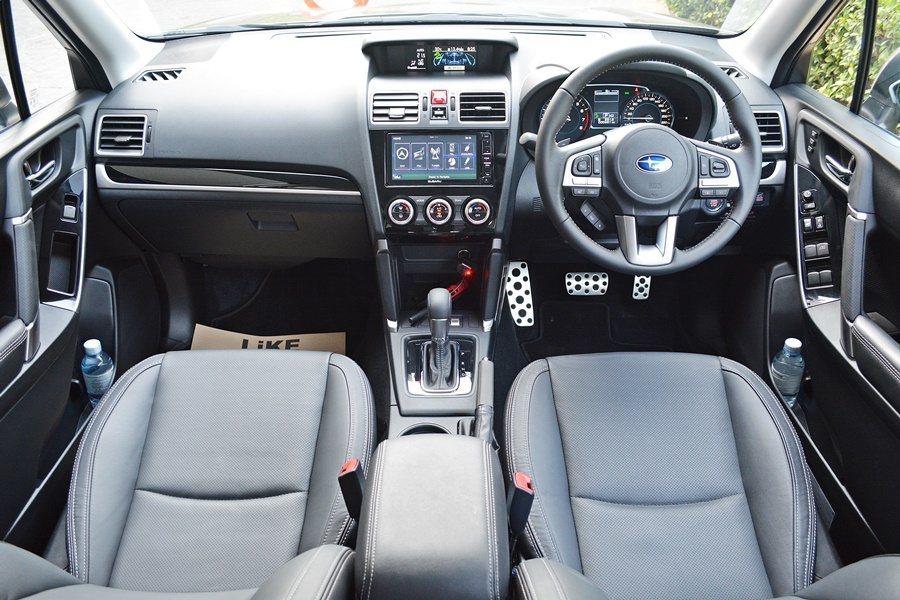 內裝保有原來簡約精的基調,不過前座手套箱上方面板、中控面板、排檔桿座更換新而更有...