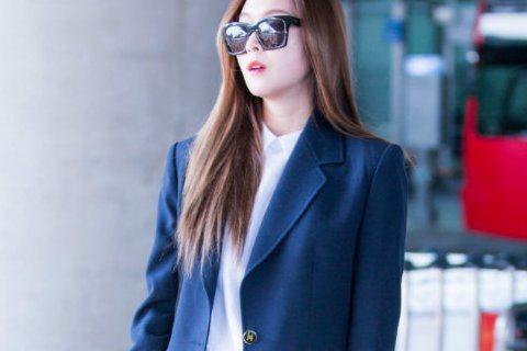 日前到倫敦拍攝雜誌寫真的Jessica鄭秀妍,昨天抵回南韓,中性打扮的她穿著深藍色西裝外套與長褲,還戴著想低調的墨鏡,手上卻不時地玩著熊熊玩偶,反差模樣讓引來粉絲注目。有粉絲看到Jessica反差的...