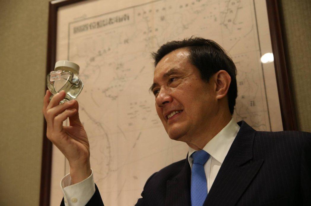 馬英九展示他從太平島帶回來的地下水記念品。 圖/報系資料圖庫