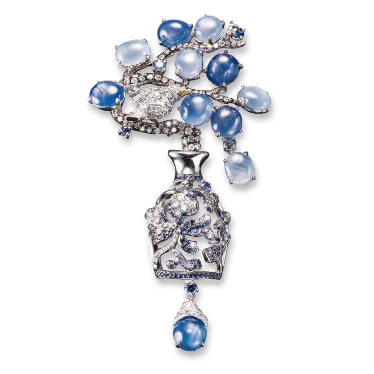 星光蛋面藍寶鑽石兩用針墜,珠寶詩人曾郁雯作品《青花瓷》。 圖/珠寶之星