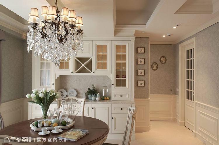 ▲餐廳: 刻意處理成活動家具形式的餐櫃,兩側留白點綴出活潑、不呆板的空間氣息。