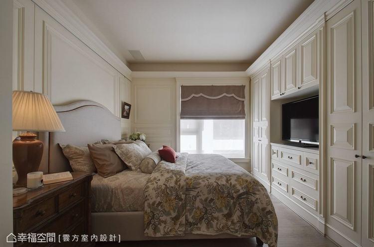 ▲主臥房: 全室綴以壁板的主臥空間,風格營造之餘也消弭柱體及更衣室開門存在感。