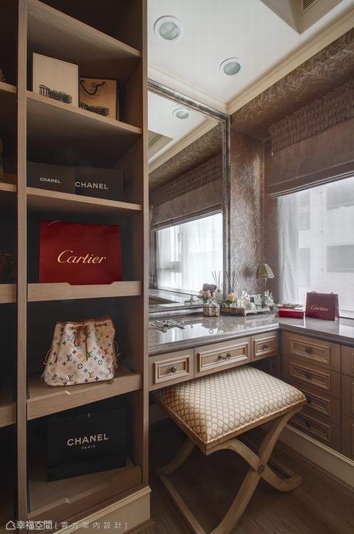 ▲更衣室: 深色調的更衣空間搭配上大理石化妝桌面,呈現華麗的私密享受。