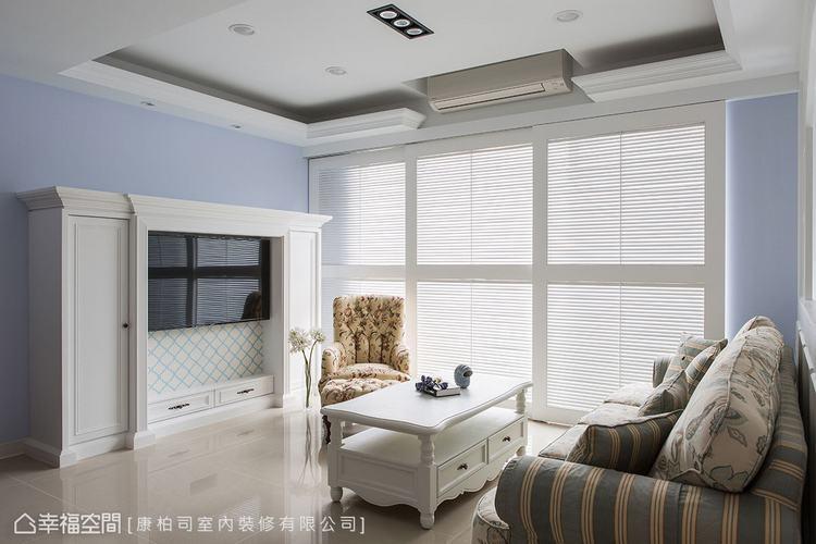▲電視牆: 滿足屋主期待的壁爐設計,康柏司室內裝修以簡練的線條與加厚手法,框出壁...