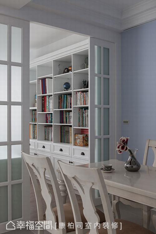 ▲充足收納: 書房後方牆面規劃充足置物空間,並以開放、密閉兼具的設計,以及錯落的...
