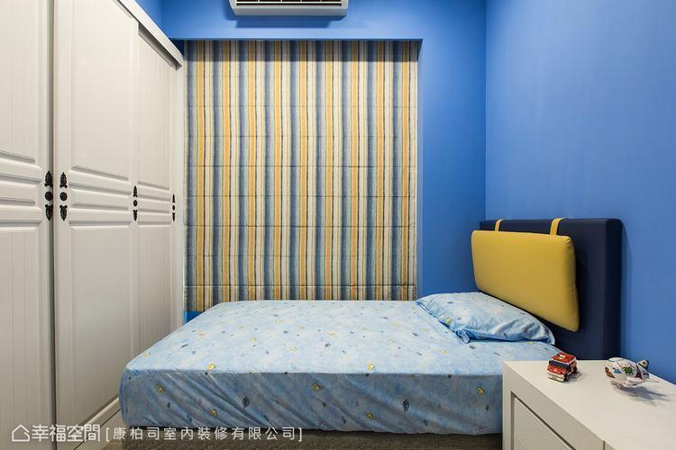 ▲次臥房: 不同於公領域的輕淺用色,次臥房利用藍黃相間的亮眼跳色,打造個性十足的...