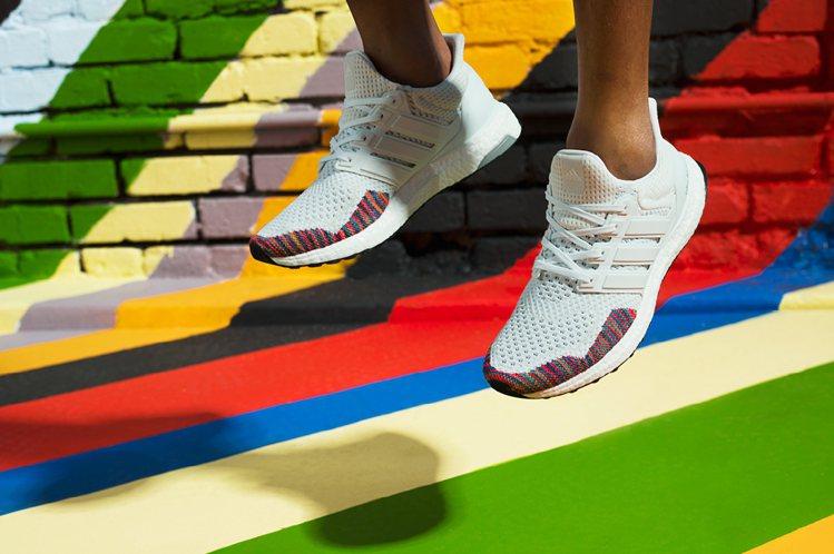 Ultra Boost Rainbow彩虹編織系列鞋款在全白的鞋面上設計有多彩P...