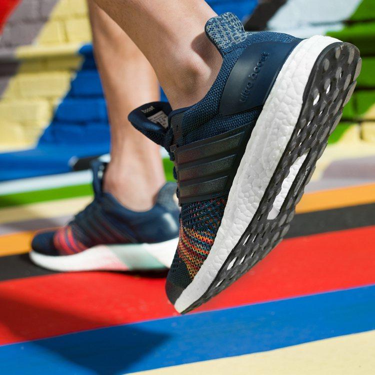 彩虹編織系列鞋款在奔跑的每個瞬間提供強力支撐與卓越緩震機能,為腳掌提供最極致的舒...