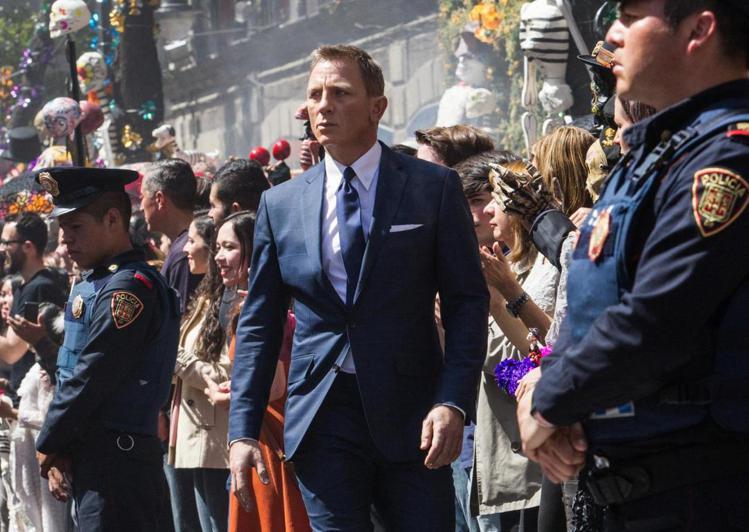 合身的西裝和各項配件都是由明星設計師Tom Ford打造。圖/摘自IMDB