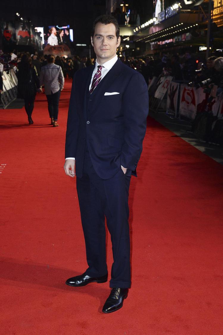 亨利卡維爾參與電影首映會時,皆以dunhill的訂製西服現身。圖/dunhill...