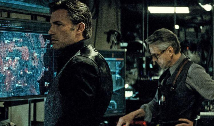 從劇照中可見「蝙蝠俠」角色因為是企業家,所以衣著比較講究由Gucci提供。圖/摘...