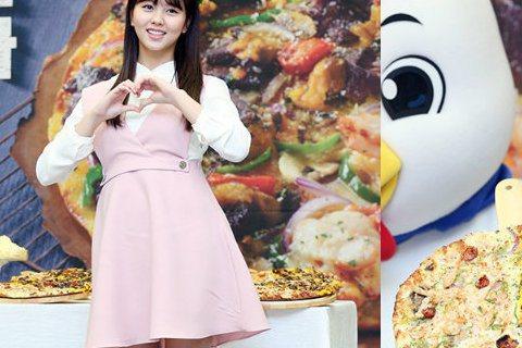 31日上午,某披薩品牌在韓國首爾鐘路區世宗文化會館舉行新品上市紀念活動,演員金所炫身穿粉色裙裝現身活動現場。
