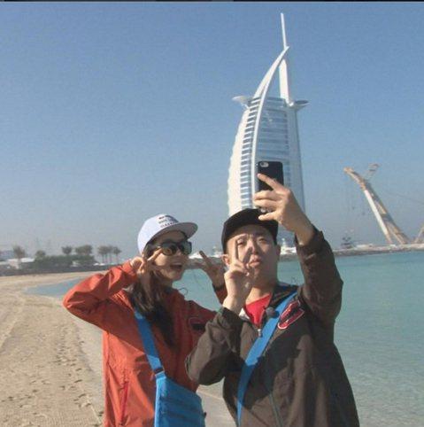 4日《Running Man》的官方IG中,竟然出現「周一情侣」在杜拜的自拍照,照片中宋智孝與Gary兩個人彷彿是蜜月中的新婚夫妻,Gary拿著手機與宋智孝開心的自拍,背景還是杜拜著名的海景呢!《R...