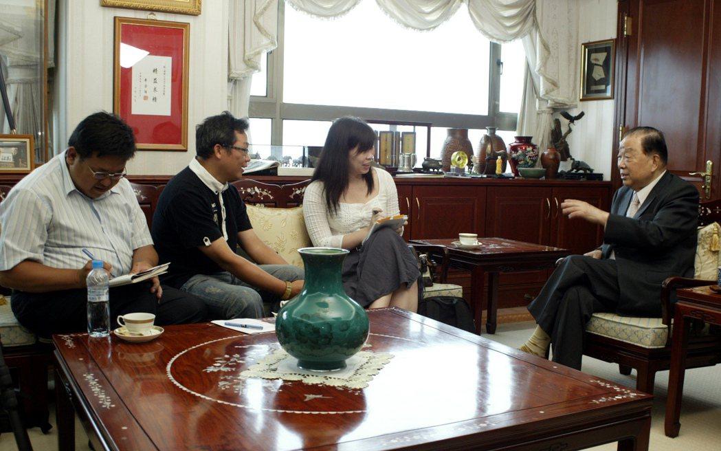 當年已80歲的統一集團董事長高清愿身體依然硬朗,接受記者訪問。  記者劉學聖/攝...