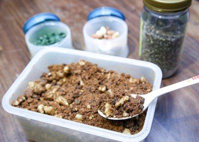 丁噹透露自己的養生法寶,包括綠藻錠、亞麻子、杏仁果,以及媽媽手工製作的紅糖核桃。...