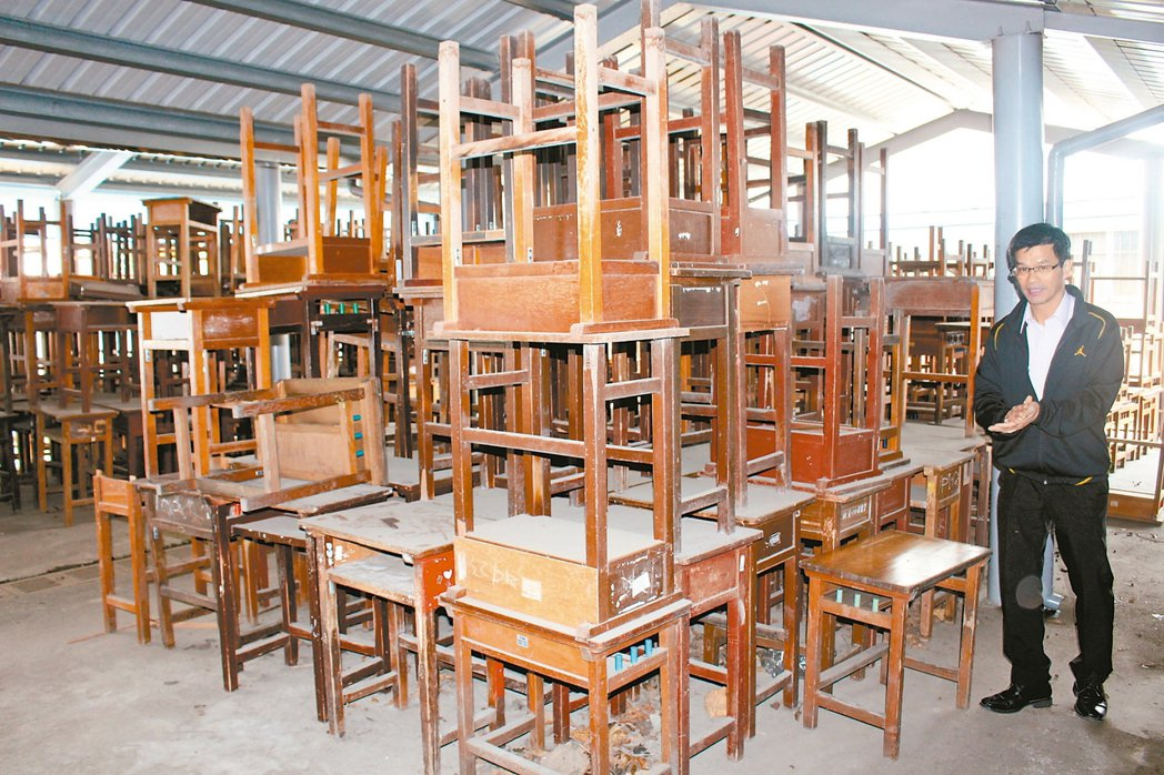 雲林縣課桌椅銀行擺放在半開放式空間。 記者姜宜菁/攝影