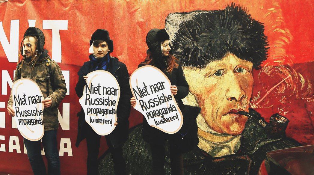 4月6日:烏克蘭民眾對荷蘭的呼籲——「別聽信俄國的宣傳把戲!」 圖/歐新社