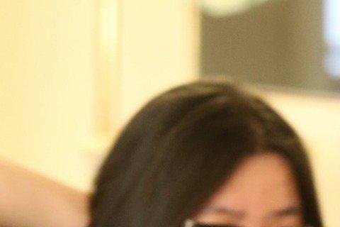 竇靖童昨晚於春浪演出時落台語「有爽否?」今天台語老師現身,原來是大名鼎鼎的寬姐。