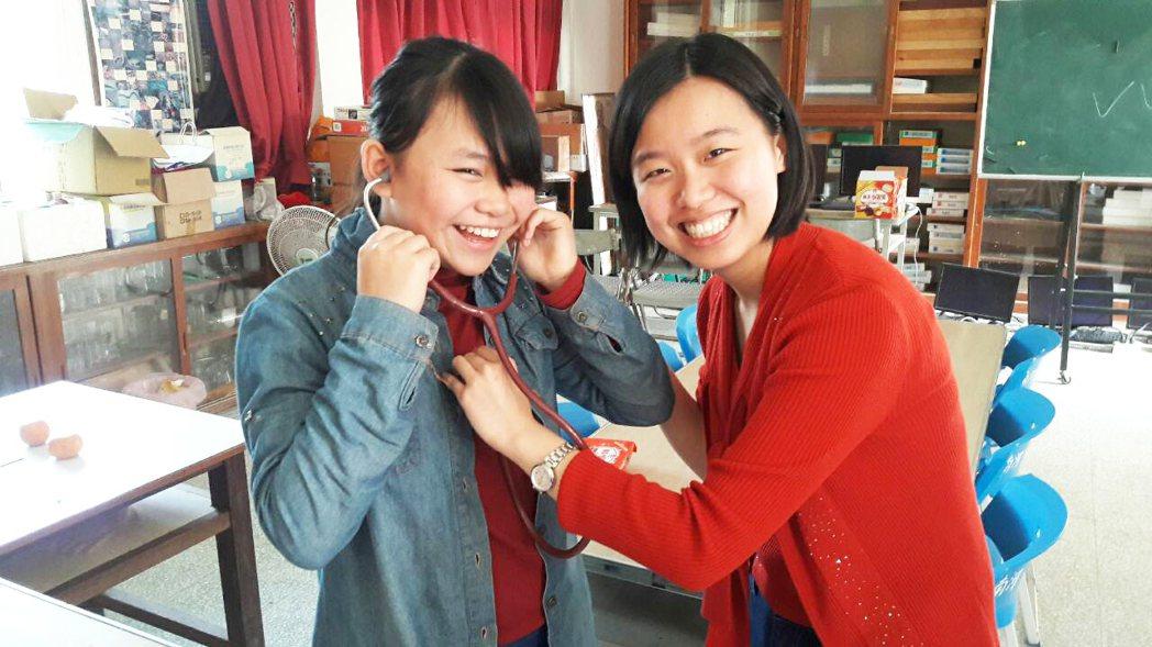 在英國讀醫科的蔡亭玉(右),為苗栗偏鄉學生上一堂認識醫學課程。圖/南河國小提供