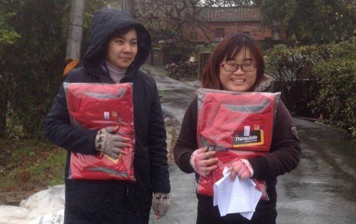 七、八年級的美眉,朱文青(右)與林佩宜(左)都是社工新鮮人,她們不畏風雨在新北市...