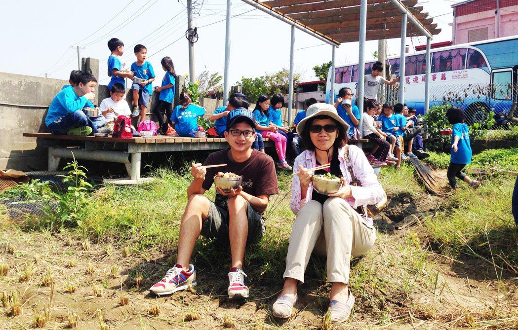 林彥蓉參加香田國小慶豐收活動,和學生一起吃「割稻飯」。圖/林彥蓉提供