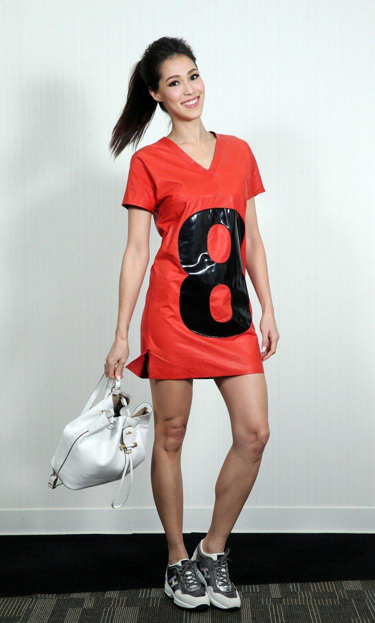 Akemi詮釋麂皮拼接科技布料休閒鞋17,200元、壓紋皮革水桶包28,200元...